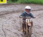 юный мотогонщик .жуткая грязь.JPG